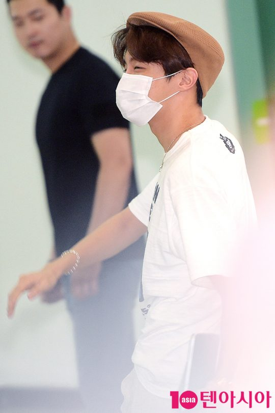 [TEN PHOTO]제이홉 '경호원도 반한 눈웃음'