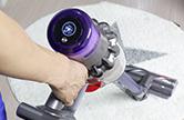 카펫 위에서 흡입력을 자동 조절해주는 청소기